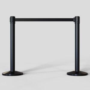 Postes metalicos con cinta extensible negra para separar y mantener sistancia de seguridad Covid-19