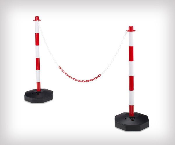 Postes con base rellenable y cadenas para separar y mantener sistancia de seguridad